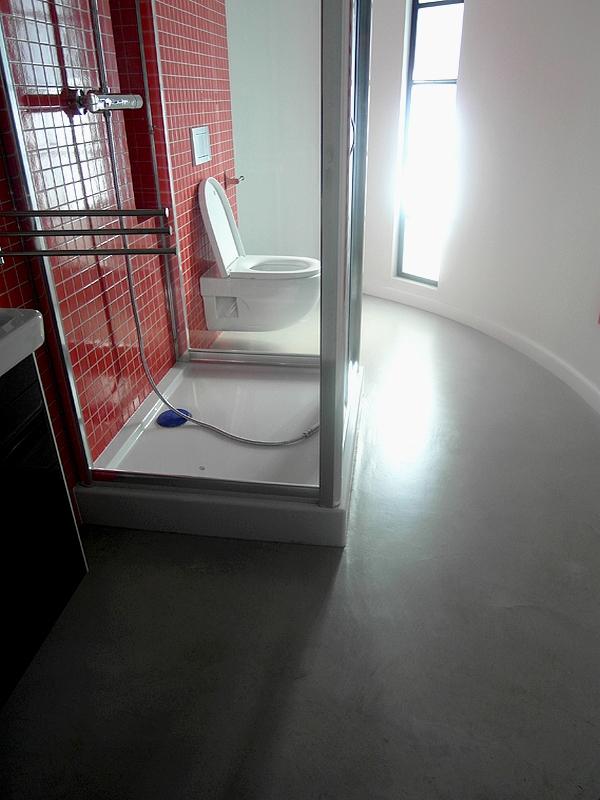 Dekoracyjna betonowa pogłoda w łazience.
