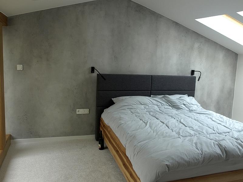 Imitacja betonu w sypialni.